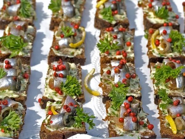 Estonia: Mặc dù thức ăn đường phố không mấy phổ biến ở Estonia, nhưng món bánh mì đen ăn kèm cá trích và dưa chuột ngâm là một trong những món mà bạn không nên bỏ lỡ.