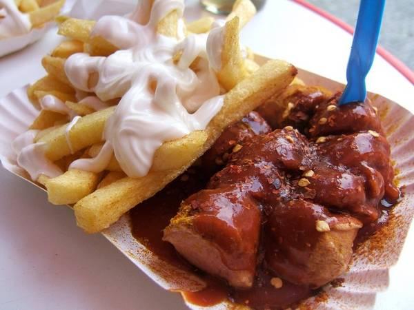 Đức: Currywurst là một món ăn truyền thống phổ biến và đặc trưng nhất tại Đức. Thành phần chính là xúc xích heo, sốt cà ri, tương ớt, và tùy nơi có thể thêm các hương vị khác nhau. Xúc xích heo được nướng, hoặc hun khói, chiên sơ. Sau đó thường là cắt lát hoặc có nơi giữ nguyên, rưới nước xốt cà ri, tương ớt lên. Ẳn nóng kèm với khoai tây chiên hoặc bánh mì tròn.