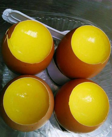 Bánh flan quả trứng: Trong năm qua, có một loại bánh mới đã xuất hiện, đó chính là flan quả trứng có màu vàng tươi và vị béo thơm ngon. Bánh flan được đặt khéo léo vào vỏ trứng, khi ăn bạn chỉ việc dùng muỗng múc một miếng nhỏ và cho vào miệng. Bánh thường có thêm chút cà phê để tăng thêm vị, nhưng bánh flan quả trứng chỉ ăn không đơn giản. Giá một quả trứng bánh flan là 8.000 đồng.
