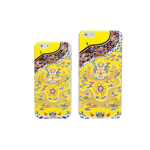 """Mỗi chiếc vỏ điện thoại có giá 8 USD (khoảng 180.000 đồng), được in hình giống với """"long bào"""" mà các vị hoàng đế từng mặc."""