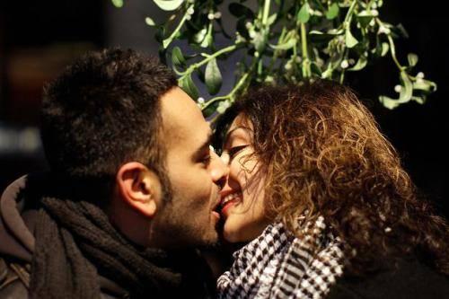 Tục lệ hôn nhau dưới chùm tầm gửi xuất phát từ nước Anh rồi phổ biến tới nhiều nước trên thế giới. Ảnh: thetimes