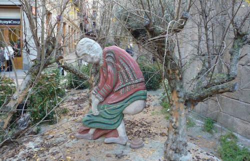 """Việc đặt bức tượng Caganer dưới gốc cây là truyền thống của vùng Catalonia, phía bắc Tây Ban Nha từ thế kỷ 18, mang ý nghĩa là """"người đại tiện"""". Người dân địa phương tin rằng Caganer đại tiện để bón phân cho trái đất, là điềm tốt mang tới một mùa vụ bội thu. Nguồn gốc của Caganer cho tới nay vẫn là một ẩn số. Ảnh: Ajuntament Barcelona."""