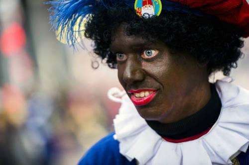 Zwarte Piet là phụ tá của Sinterklaas - Thánh Nicholas theo văn hóa Hà Lan. Vào mỗi dịp trước Giáng sinh, Piet sẽ trèo qua ống khói để vào nhà phát quà cho trẻ em ngoan, đồng thời dùng một cây chổi tết từ cành liễu để đánh đòn những đứa trẻ nghịch ngợm. Dù nhân vật này khá vui nhộn nhưng vẫn gây ra nỗi sợ cho trẻ em bởi bộ mặt đen xì và đôi mắt hóa trang mở to hết cỡ. Ảnh: Giomaletismo.