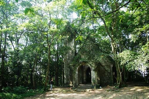 Nhà thờ Pháp cổ bên trong khuôn viên vườn quốc gia Ba Vì. Ảnh: Hương Chi.