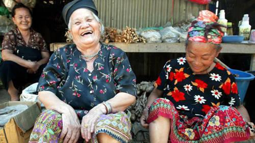 Nụ cười rạng rỡ của những người phụ nữ Thái lớn tuổi khi được du khách chụp hình.