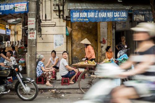 Những khu phố cổ Đến Bangkok du khách sẽ lóa mắt bởi ánh đèn đô thị hiện đại, các trung tâm mua sắm lớn và đời sống ban đêm luộm thuộm. Dù yêu thích Bangkok nhưng Annapurna phải công nhận ở đây không mang đến không khí đường phố châu Á như cô từng tưởng tượng. Hà Nội thì khác, những phố cổ vẫn tồn tại giữa thủ đô hiện đại. Các bức tường quét vôi vàng cũ, đền chùa xuất hiện khắp nơi và cảm giác lạc trong phố cổ khiến cô như bước vào đúng những con phố thường mường tượng.