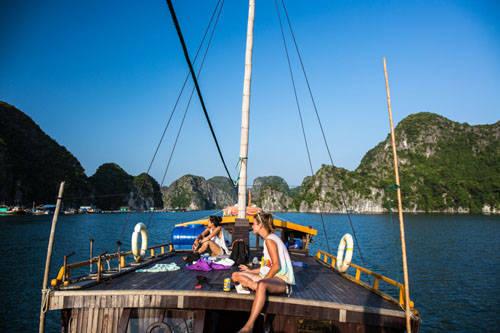 Từ thành phố dễ dàng tham quan nhiều kỳ quan thiên nhiên ở các vùng lân cận: Hà Nội là điểm đến mấu chốt ở miền Bắc. Nhiều tour du lịch vịnh Hạ Long bắt đầu từ đây và cả tour lên Sa Pa cũng vậy. Du khách cũng có thể dễ dàng đến Tam Cốc hay Mai Châu trong ngày để tìm hiểu đời sống nông thôn Việt.