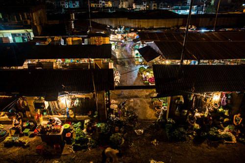 Cuộc sống về đêm mạo hiểm: Một trong những lý do khiến du khách than phiền về Hà Nội là lệnh giới nghiêm vào ban đêm. Du khách không được vui chơi đến tận sáng như ở Bangkok hay TP HCM bởi ở đây mọi hàng quán đều phải đóng cửa trước 12h đêm. Nhưng cảm giác đi chơi tại các quán bar mở cửa vào đêm âm thầm sau khung cửa đóng lại khiến Annapurna thích thú. Cô cũng rất ấn tượng với chợ bán buôn ở Long Biên hoạt động từ 1h sáng.