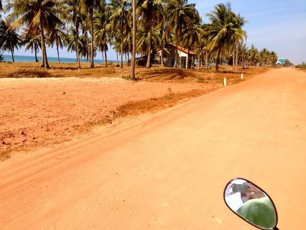 Cách tốt nhất để khám phá Phú Quốc là vi vu trên một chiếc xe máy. Ảnh: So Many Places