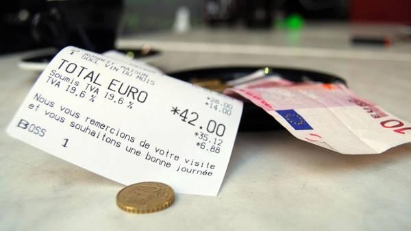 10. Nghèo hơn: Tất nhiên vé máy bay, tiền ăn uống, khách sạn cũng sẽ chiếm một khoản chi phí kha khá cho mỗi chuyến du lịch.