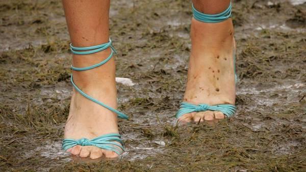 <strong>14. Không phải giày cao gót lúc nào cũng tiện dụng:</strong> Giày cao gót là thứ không thể thiếu trong vali du lịch của cô gái, tuy nhiên không phải giày cao gót lúc nào cũng hữu ích đặc biệt là đối với những chuyến du lịch cần đi bộ nhiều.