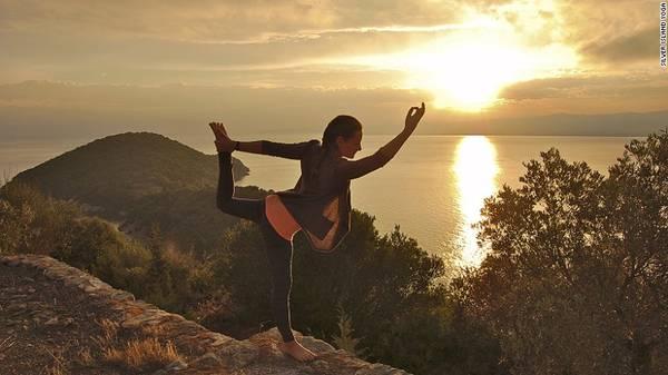 <strong>19. Suy nghĩ tích cực hơn:</strong> Thay vì nằm ườn trong phòng khách sạn để tận hưởng kì nghỉ thì bạn có thể dạo một vòng để quan sát cuộc sống của mọi người xung quanh, thậm chí là tham gia một lớp học yoga hay một lớp học nhảy miễn phí.