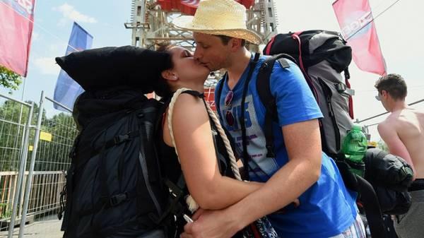 <strong>2. Tìm thấy tình yêu của mình:</strong> Đôi khi du lịch sẽ giúp bạn tìm thấy một nửa của mình ở một vùng đất xa lạ nào đó.