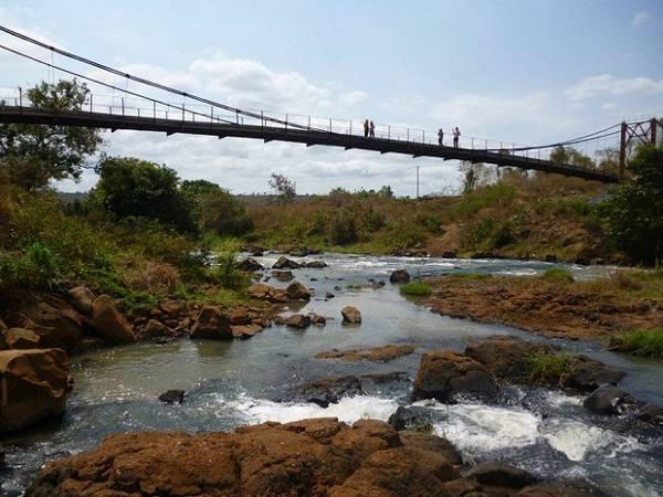 Dòng suối La Peet tung bọt trắng xóa đổ về thác nước Phú Cường. Ảnh: Bảo Ninh