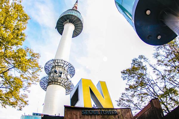 Hiện nay tháp Namsan là không gian văn hóa nổi tiếng với những buổi biểu diễn, chiếu phim, các cuộc triển lãm. Ở đây còn có chuỗi nhà hàng cao cấp và các quán bán đồ ăn nhẹ phục vụ du khách. Ảnh: Expedia.com