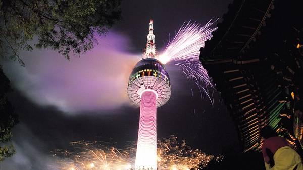 Tháp Namsan ở Seoul thật sự trở nên sống động vào ban đêm với phần trình diễn ngoạn mục của hơn 70 đèn chiếu sáng. Chúng liên tục thay đổi màu sắc và kết cấu tạo nên một cảnh tượng rất tuyệt vời khiến khách du lịch không thể rời mắt. Tùy vào thời điểm đi du lịch Hàn Quốc mà du khách sẽ thấy tháp Namsan đổi màu sắc đèn theo từng mùa. Ảnh: Ảnh:cuti.my