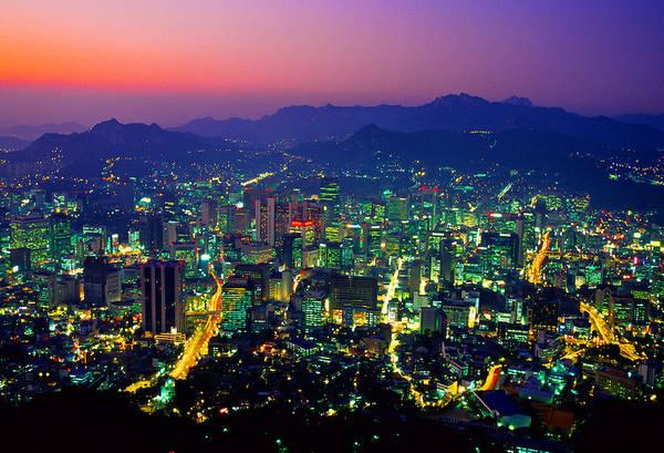 Tuy có rất nhiều địa điểm để du khách ngắm nhìn toàn cảnh thủ đô Seoul nhưng đài quan sát kỹ thuật số trên tháp Namsan là nơi tốt nhất để làm điều đó. Khách du lịch sẽ được chiêm ngưỡng cảnh quan thành phố sống động vào ban đêm với đài quan sát 360˚. Ảnh: blaineharrington.photoshelter.com