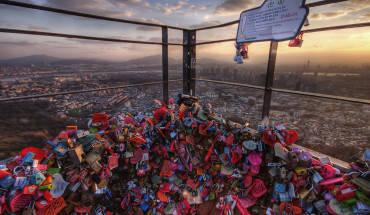 """Ấn tượng với các du khách đến thăm tháp là không gian tình yêu đầy ấn tượng. Ngoài bức tường 'Gạch lát tình yêu', đặc điểm nổi bất nhất tại đây chính là """"Ổ khóa tình nhân"""". Các cặp tình nhân treo những chiếc ổ khóa ở khoảng sân thượng nằm ngay lối vào của tháp kèm theo một mẩu giấy nhắn như là một biểu tượng cho tình yêu của mình. Ảnh: Jimmy McIntyre"""