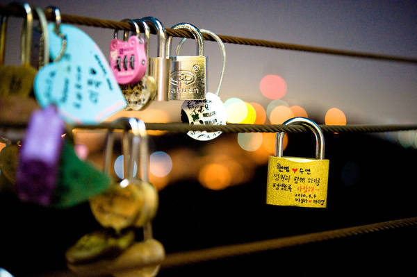 Những cặp đôi yêu nhau khi tới đây thường mua 2 ổ khoá và khoá chúng lại với nhau trên hàng rào, tượng trưng cho tình cảm bất diệt của họ. Ảnh: keithsherwood.photoshelter.com