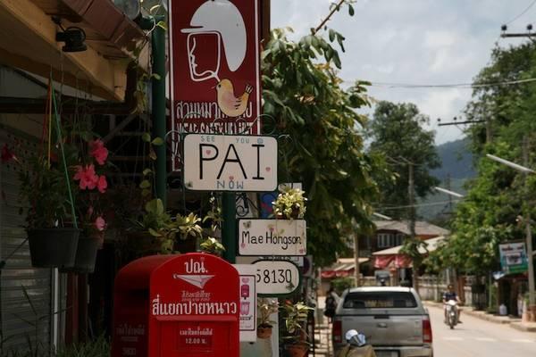 Trước đây Pai là ngôi làng cổ trầm mặc, yên tĩnh của người dân tộc Shan (Thái Lan), chịu ảnh hưởng bởi nền văn hóa Miến Điện. Ngày nay, Pai đã khoác lên mình một chiếc áo mới khi được tô điểm bởi những ngôi nhà được sơn và trang trí với nhiều màu sắc cùng với các cửa hàng, công viên, quán xá, biển hiệu mang vẻ mà riêng mà chỉ Pai mới có. Ảnh: Frank Hansen