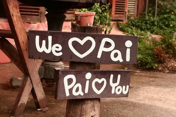 """Thị trấn nằm lọt giữa mây và núi, được tô điểm bởi những ngôi nhà với rất nhiều màu sắc vui mắt, những hàng rào trắng ngập đầy hoa. Ở Pai, đâu đâu cũng thấy những lời yêu thương nhắn nhủ: """"Just Pai"""", """"Memory in Pai"""", """"Pai in love""""... Ảnh: Frank Hansen"""