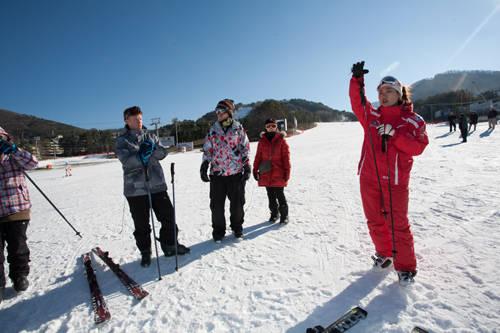 Yongpyong là resort trượt tuyết đầu tiên ở Hàn Quốc đi vào hoạt động từ năm 1975. Khu nghỉ dưỡng này mở cửa từ 8h30 đến 2h30 sáng hôm sau. Vé thang máy dao động từ 15.000 đến 96.000 won. Ảnh: wordpress.