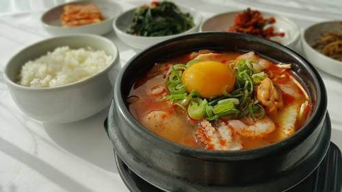Đứng đầu danh sách phải kể đến món canh hầm từ đậu hủ và kim chi, phối hợp cùng các nguyên liệu khác như hải sản hay thịt heo rất ngon và bổ dưỡng như canh đậu hủ hầm hải sản, canh kim chi jjigae…
