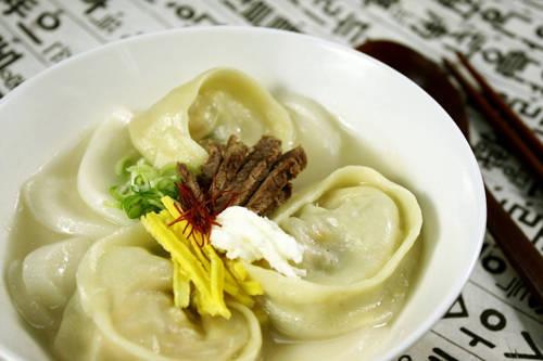Ddoek mandu kuk - loại canh thường được người Hàn Quốc thưởng thức vào dịp năm mới với quan niệm khi ăn món canh này đồng nghĩa với việc bạn được thêm một tuổi.