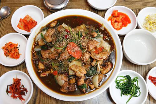 Jjim dalk với thịt gà được hầm khá kỹ cùng các loại rau củ cho hương vị đậm đà, làm hài lòng bất cứ thực khách nào.