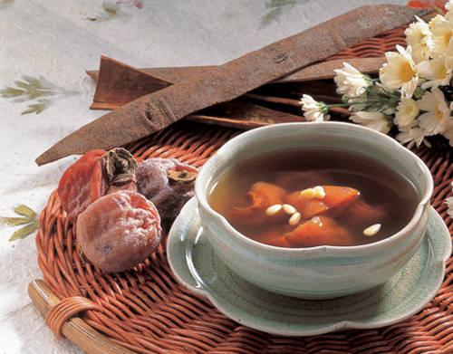 Ngoài các món ăn trong mùa đông, trà quế Sujeonggwa thơm ngon nấu từ quả hồng khô, mật ong, đường nâu, quế và gừng là thức uống truyền thống được nhiều người Hàn Quốc lựa chọn.