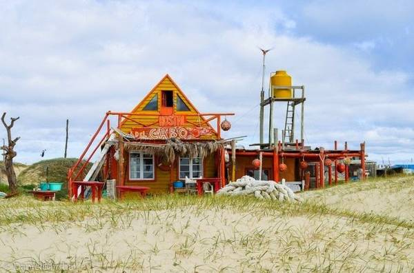 Khách sạn, nhà nghỉ trải dọc theo bờ biển - Ảnh: flickr