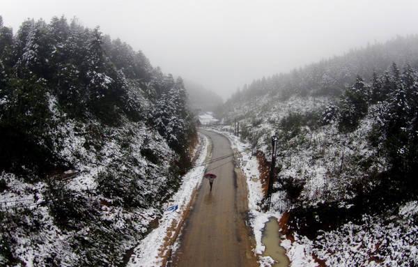 Nhiều con đường ở Sapa ngập trong tuyết trắng vào mùa đông. Ảnh: Zing