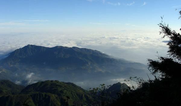 Đỉnh núi Tây Côn Lĩnh mù sương. Ảnh:bestprice.vn