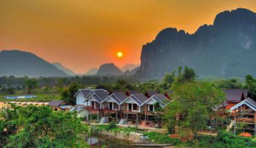 Nằm cách Thủ đô Viêng Chăn của Lào khoảng 150km, thị trấn bé nhỏ Vang Viêng nằm lọt thỏm trong mênh mông của núi rừng xanh ngát. Được biết đến là vùng quê yên bình với khí hậu trong lành, mát mẻ và cũng là điểm du lịch nổi tiếng của đất nước Lào xinh đẹp. Ảnh: Aaron Geddes