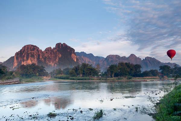 Dạo chơi bằng kinh khí cầu và nhìn ngắm khung cảnh tuyệt đẹp bên dưới là trải nghiệm mà nhiều du khách thường làm khi tới Vang Vieng. Ảnh: Marcaux