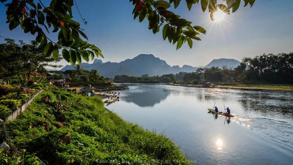 Dẫu mỗi ngày có vô số du khách đến rồi cũng có vô số khách đi... nhưng Vang Vieng không xô bồ lộn xộn mà vẫn cứ yên ả, thanh thản như cuộc sống thường nhật của phố núi quê mùa. Ảnh: Es Tanapong
