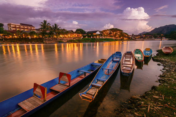 Với lợi thế về địa hình lý tưởng - lưng tựa núi mặt nhìn sông, thị trấn Vang Vieng được biết đến như một vùng quê thanh bình bên dòng sông Nam Song. Thị trấn nhỏ bé này vừa ẩn chứa trong mình nét hoang sơ lại vừa là một thị trấn vô cùng yên bình. Ảnh: Ahmad Syukaery