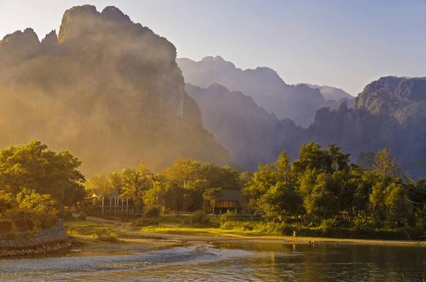 Nét hoang sơ của Vang Vieng toát lên từ màu xanh của cây cối và dòng sông quanh năm nước chảy êm đềm uốn mình quanh những dãy đá vôi. Ảnh: waynekorea