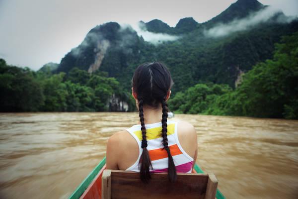 Dừng chân ở Vang Vieng, du khách có thể nghỉ ngơi trong những căn lều cỏ dựng ngay trên mặt nước, thong dong thả mình trên những chiếc phao để tận hưởng không khí trong lành, hoặc chèo kayak thư giãn và ngắm cảnh trời mây sông nước… Ảnh: EvE