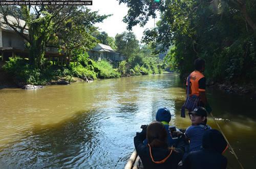 Đi bè dọc con suối ở Chiang Mai.