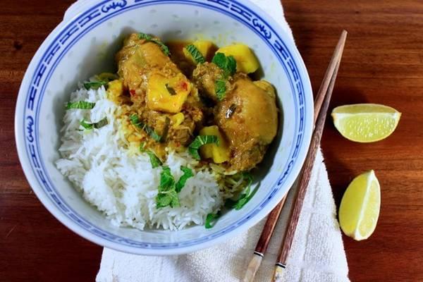 Cà ri gà: Thịt gà được chặt miếng, nấu cùng rempah - một loại sốt gồm nhiều gia vị phức tạp, và nước cốt dừa. Miếng thịt mềm, đậm đà, cay cay và thơm ngậy rất hợp ăn cùng cơm trắng. Ảnh: Nutmegsseven.