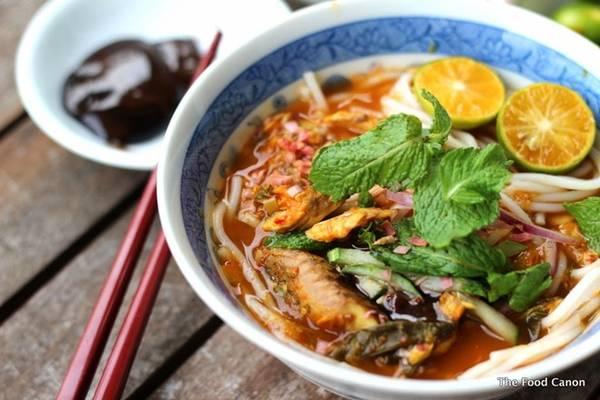 Asam laksa: Món mì được yêu thích ở Malaysia này có nước dùng từ cốt me, thêm cá, dưa chuột, dứa và một chút rau thơm. Bạn có thể thưởng thức món này ở bất cứ đâu trên Malaysia. Ảnh: The Food Canon.