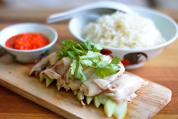 Cơm gà Hải Nam: Như nhiều món đặc sản của Malaysia, cơm gà Hải Nam có xuất xứ từ Trung Quốc nhưng được biến tấu để phù hợp với khẩu vị của người địa phương. Gà được luộc chín mềm, để nguội và ăn cùng cơm nấu bằng nước luộc gà. Sốt chấm có thêm tỏi, gừng, ớt để tạo vị cay hấp dẫn. Ảnh: Jiaksimi.