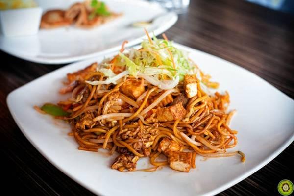 Mee goreng: Món mì xào này có nhiều cách chế biến. Mì có màu vàng được xào nhanh cùng xì dầu, tỏi, hẹ tây và ớt, cho thêm tôm, thịt gà, thịt bò hoặc rau củ. Đây là món ăn phổ biến trên đường phố Malaysia. Nhiều người bán sử dụng bếp than hoa, tạo vị khói đặc trưng cho mì. Ảnh: Foodobyte.