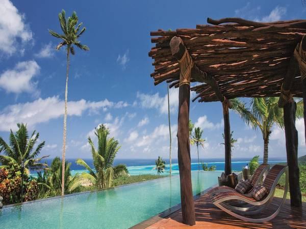 Đảo Laulaca, Fiji: Chỉ mất chưa tới một giờ bay bằng máy bay tư nhân từ sân bay chính ở Fiji, du khách sẽ bước vào một thế giới hoàn toàn khác. Laucala là đảo san hô dài hơn 11 km. Resort có 25 biệt thự, mỗi biệt thự có 16 nhân viên phục vụ. Kể cả khi resort kín chỗ, bạn cũng không thể nhìn thấy ai, dù dạo bộ trên một bãi biển hẻo lánh, cưỡi ngựa qua những rặng dừa, hay khám phá các rặng san hô bằng tàu ngầm.
