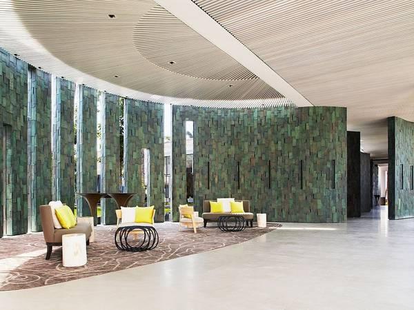 Cheval Blanc Randheli, Maldives: Đây là resort mới nhất của tập đoàn LVMH (chủ sở hữu các nhãn hiệu cao cấp như Louis Vuitton, Céline, Dior...). Resort nằm ở phía tây bắc Maldives với bãi biển cát trắng, làn nước xanh như ngọc lam và 45 biệt thự sang, trong đó biệt thự nhỏ nhất cũng rộng hơn 240 m2. Tất cả nội thất đều tinh tế và lịch lãm với gỗ quế, da mềm và các đồ dệt may của Pháp. 10 resort hướng biển đẹp nhất thế giới