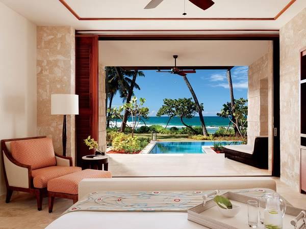 Bãi biển Dorado, A Ritz-Carlton Reserve, Puerto Rico: Được xây dựng từ những năm 1960, khu resort rộng hơn 5,6 km2 nằm trên trang trại trước đây trồng dừa và quýt ở bờ biển phía bắc Puerto Rico. Đây là sân chơi vùng nhiệt đới của các ngôi sao Hollywood như Elizabeth Taylor và Joan Crawford. Cố Tổng thống Mỹ John F. Kennedy cũng đến đây nghỉ thường xuyên.