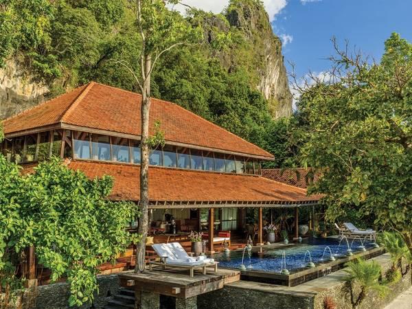 Four Seasons Resort Langkawi, Malaysia: Các cặp đôi và gia đình muốn một nơi nghỉ dưỡng hẻo lánh thì resort có kiến trúc kiểu Á - Ấn này là nơi lý tưởng. Với những khu vườn nhiệt đới, thác nước và một khu rừng gần đó, du khách có thể tha hồ thưởng thức các hoạt động ngoài trời ban ngày và cuộc sống về đêm tại Rhu Bar. Ở đây còn có các lớp học yoga và nghệ thuật cho trẻ em, còn các bậc phụ huynh có thể thả hồn ở bể bơi dành cho người lớn.