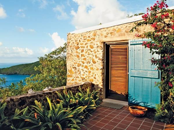 """Đảo Guana, quần đảo British Virgin: Khu nghỉ dưỡng này được du khách coi là """"giấc mơ Caribbe"""" do có những bãi biển cát cực mịn cùng làn nước tuyệt đẹp. Hòn đảo này chỉ nhận phục vụ 36 người, khiến đây là nơi vô cùng yên bình và riêng tư cho các cuộc picnic, lặn, chèo thuyền, hoặc đơn giản nằm thư giãn trên võng. Điện thoại và tivi không có trong phòng. Để đến được đảo, du khách phải bay đến đảo Beef rồi đi bằng thuyền."""