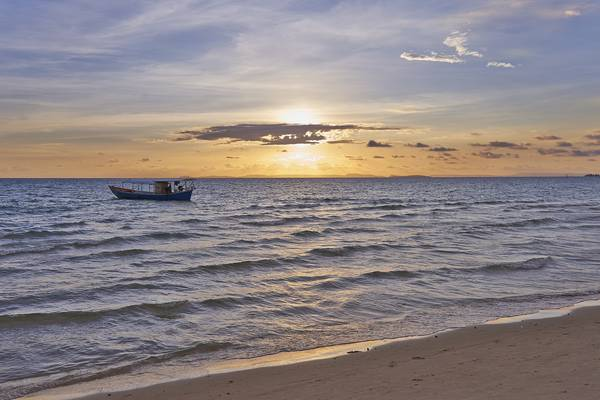 Thuyền đánh cá ngoài khơi bờ biển Sihanoukville.